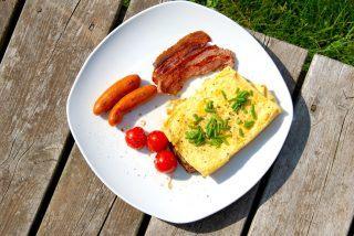 Nem brunch tallerken på grill med luksus omelet og bacon