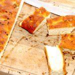 En dejlig og nem focaccia med timian, og den er altså ret let at bage. Brødet bages med friske timianblade og lidt flagesalt, hvilket giver et helt fantastisk madbrød. Foto: Guffeliguf.dk.