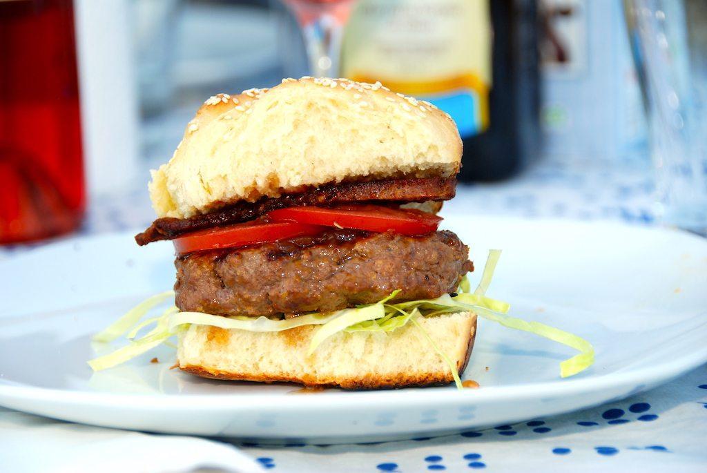 En vidunderlig Nyord burger med sennep fra den lille ø Nyord ved Møn. En rigtig sommerburger, der laves med spidskål og rødløgsrelish. Foto: Guffeliguf.dk.