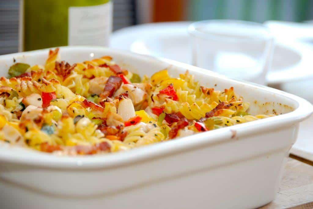 Pasta i ovn er nem aftensmad, som både børn og voksne elsker. Pastaskruer i fad med flødesovs, bacon og kylling. Foto: Guffeliguf.dk.