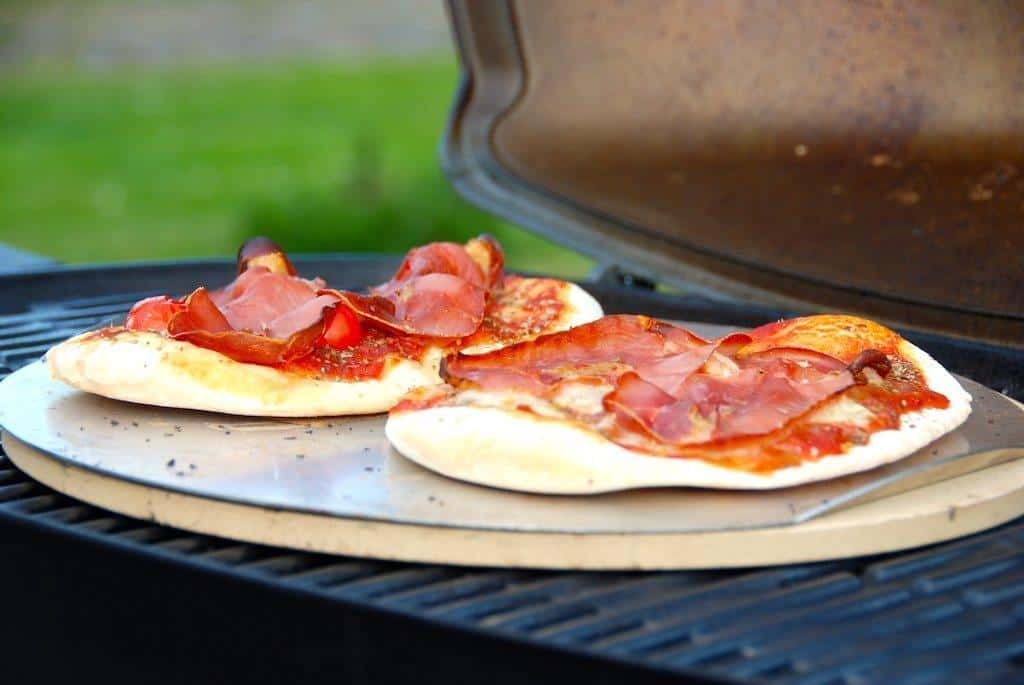 Pizzadej til grill - sådan laver du den bedste pizza i grillen - Madens Verden