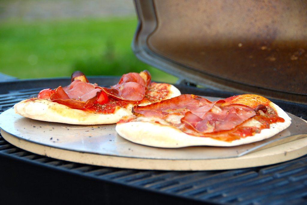 Så lækre pizzaer kan du bage med denne pizzadej til grill. Pizzaerne bages på en bagesten ved høj varme i gasgrill, men kan også bages i en kuglegrill. Foto: Guffeliguf.dk.