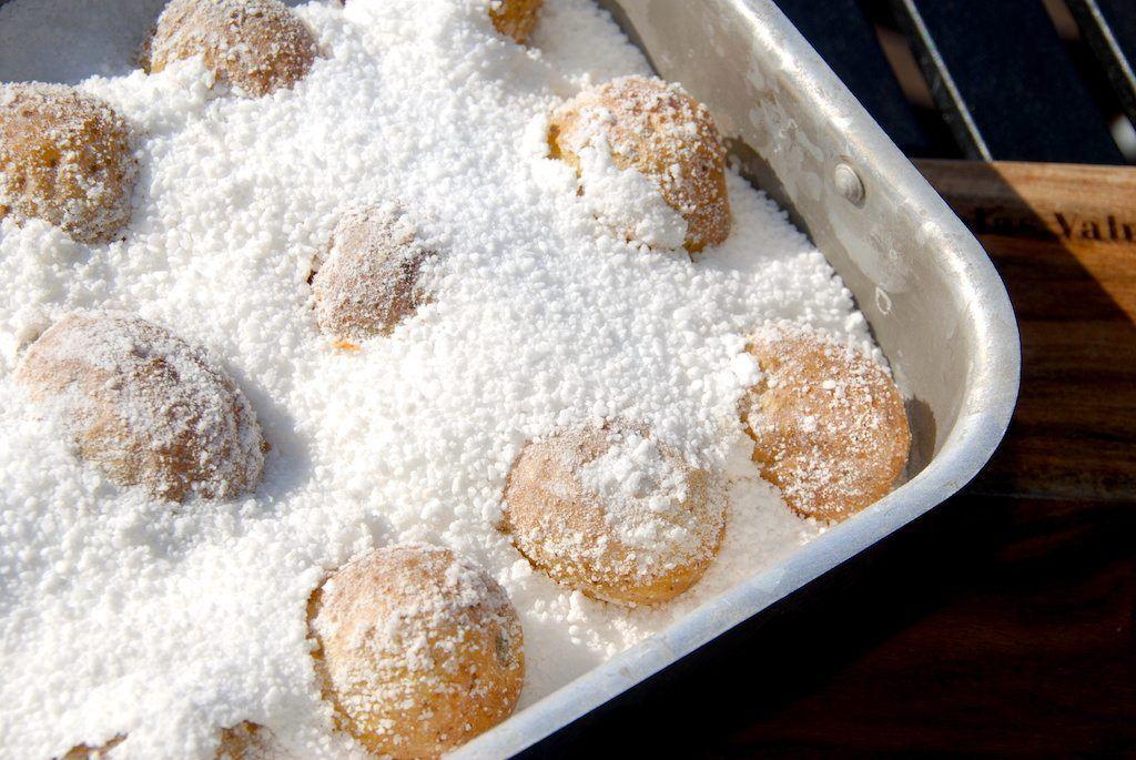 Saltbagte kartofler er lækkert tilbehør til mange retter med kød. Og modsat hvad mange måske tror, så bliver kartoflerne ikke for saltede under bagningen i salt i ovnen. Foto: Guffeliguf.dk.