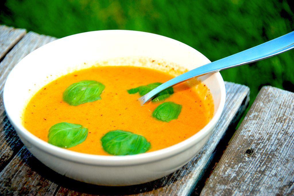 Tomatsuppe er en vidunderlig forret, og suppen er meget nem at lave. Husk at bruge modne tomater, og pynt tomatsuppen med basilikumblade. Foto: Guffeliguf.dk.