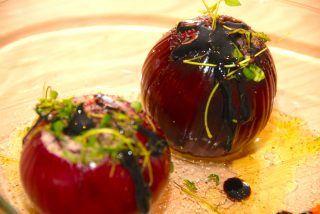 Skønne og bagte rødløg med timian og balsamico. Rødløg bliver lidt sødlige i smagen under turen i ovnen, og er et super godt tilbehør til blandt andet en bøf eller culotte. Rødløg kan bages i enten ovn eller grill. Foto: Guffeliguf.dk.