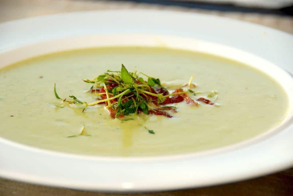 En skøn og cremet broccolisuppe, der passer perfekt til forret. Suppen laves af broccoli, løg, hvidløg og lidt kartoffel, og blendes inden den cremes med lidt fløde. Foto: Guffeliguf.dk.