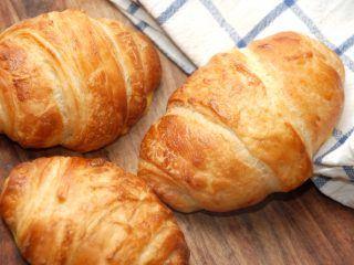 Hvem elsker ikke sådan en sprød og lækker croissant med Nutella, der næsten lige er kommet ud af ovnen. Croissanter passer godt til en kop morgenkaffe, og de er slet ikke så svære at bage selv. Foto: Madensverden.dk.