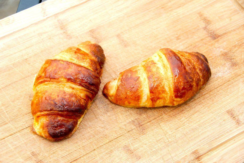 Med denne croissant opskrift er det nemt at bage disse franske fristelser selv. Lav gerne dejen dagen i forvejen, og så er det let at klargøre dejen når du skal bruge dine croissanter. Foto: Guffeliguf.dk.