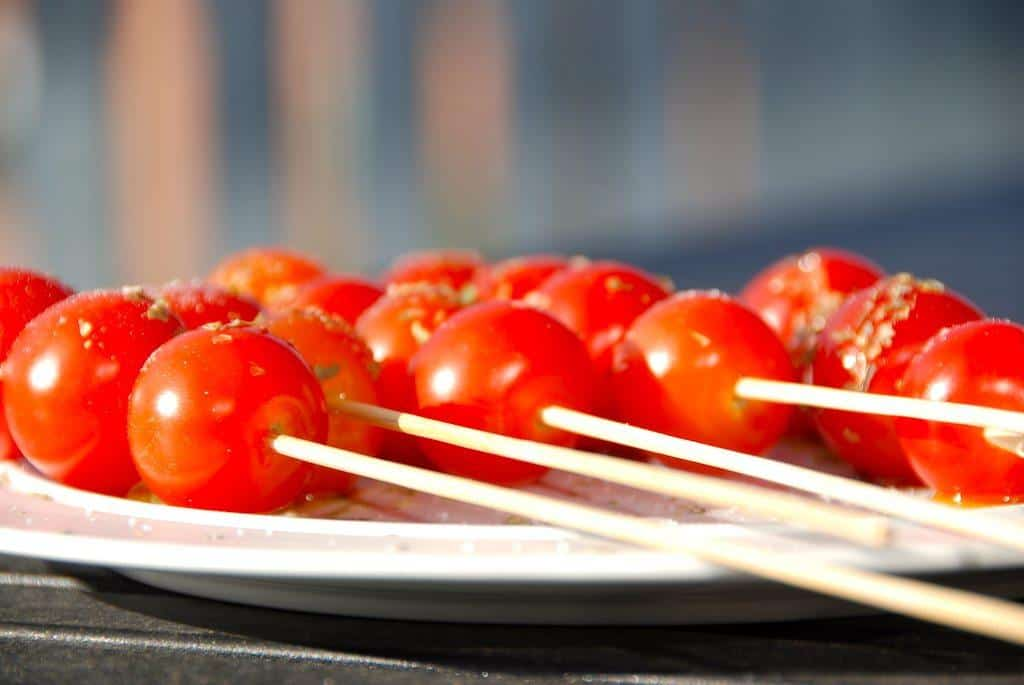 Flotte og lækre grillede cherrytomater, der er klar på få minutter. Cherrytomaterne trækkes på grillspyd, og grilles ved direkte varme i 7-8 minutter. Foto: Guffeliguf.dk.