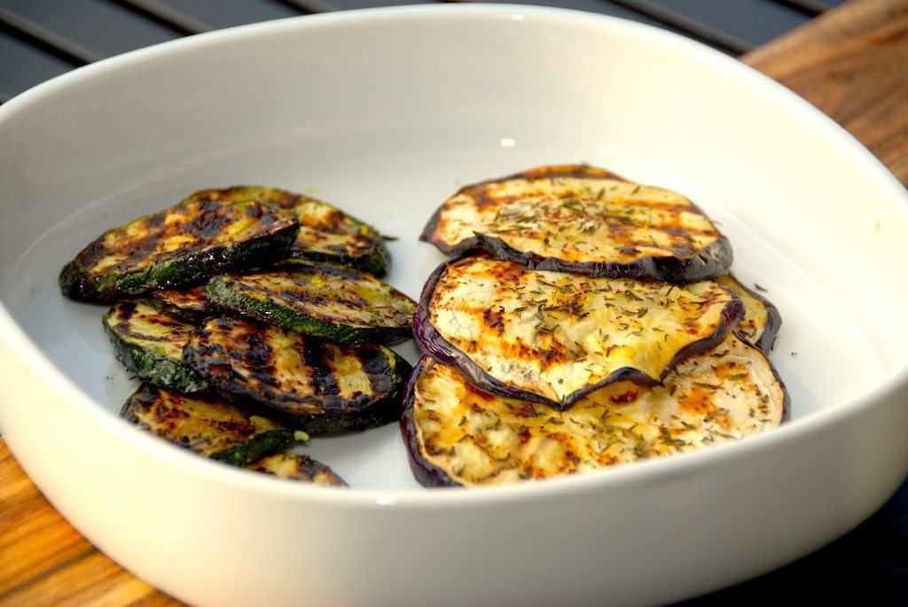 Så er der grillet aubergine og squash. Bemærk de flotte mærker fra den varme grillrist. Grilltiden er cirka fire minutter på hver side. Foto: Guffeliguf.dk.