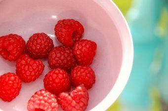 Smukke og velsmagende hindbær, der er perfekte til en god og klassisk hindbærgrød. Bærrene er sarte, så de skal behandles og koges med forsigtighed. Foto: Madensverden.dk.