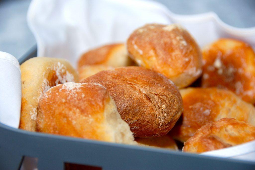 Små og lækre kuvertbrød med kærnemælk, der passer super godt til maden. Kuvertbrødene kan spises som de er - eller påføres lidt smør. Foto: Guffeliguf.dk.