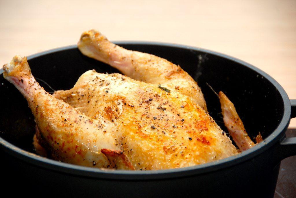 Kylling i gryde er grydestegt kylling med persille og en lækker brun sovs. Her med en økologisk kylling fra Gråsten Fjerkræ. Foto: Guffeliguf.dk.
