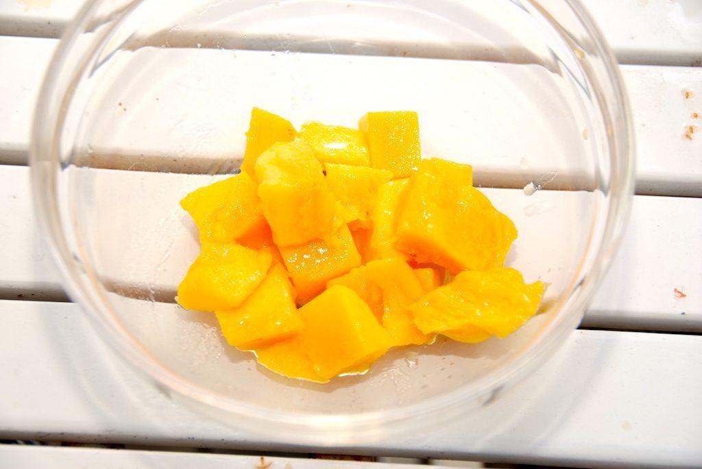 Og så er den lækre mango klar til servering i enten salater eller til dessert i selskab med hjemmelavet is. Eller hvad du nu vil bruge mangoen til. Foto: Guffeliguf.dk.