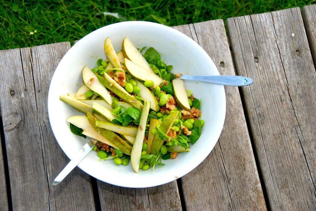 En frisk og smagfuld pæresalat med valnødder. Salaten er også fyldt med edamamebønner, ærteskud og en dejlig sennepsdressing. Foto: Guffeliguf.dk.