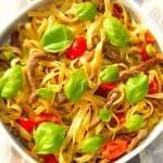 Pasta med oksestrimler er en både flot og lækker pastaret med langtidsstegte strimler af oksekød, chili og andre gode råvarer. Til sidst pyntes med friske basilikumsblade. Foto: Guffeliguf.dk.
