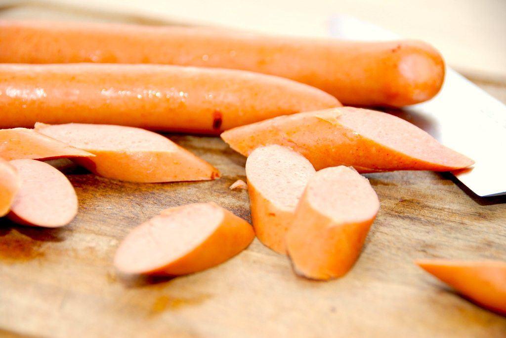 Pasta med pølser, der laves af lækre grillpølser, som du skærer i skrå skiver. Rist pølser og champignon, og kog dem med fløde. Foto: Guffeliguf.dk.