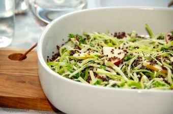 En skøn quinoa salat, der er lavet med økologisk spidskål, økologisk æble og friskhakket persille. Quinoa salaten dryppes med olivenolie og citronsaft. Foto: Madensverden.dk.