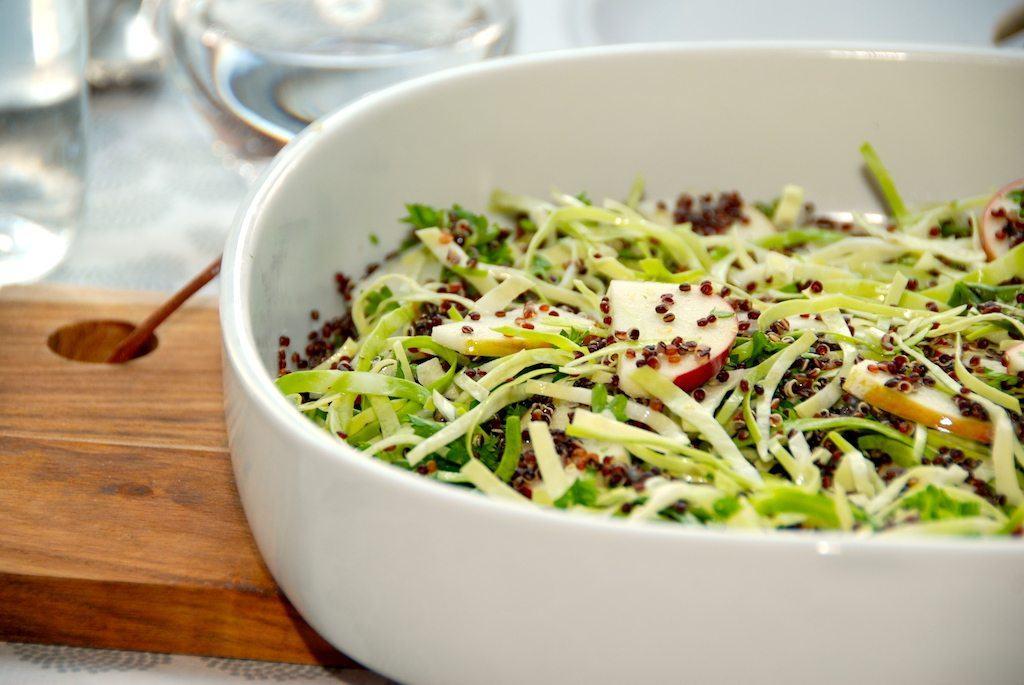 Quinoa salat med spidskål, æbler og persille (salat med quinoa)