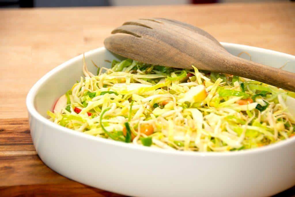 Sund Salat Med Bønnespirer Cashewnødder Spidskål Og æble Madens