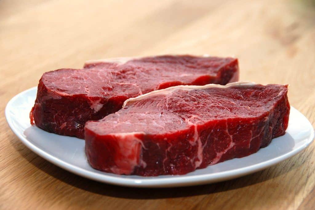 Bøf bearnaise: Bøf med bearnaise, pommes frites og grillede tomater