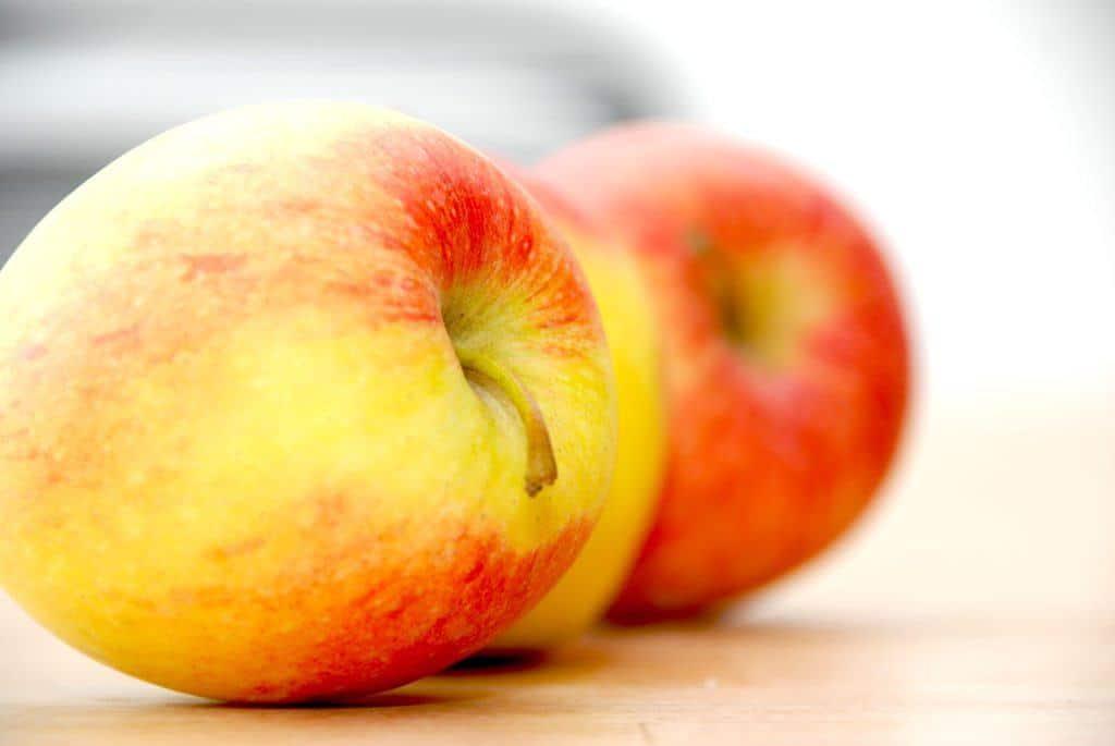 En skøn æbleflæsk opskrift, der laves på den helt rigtige måde. Her bruges æbler, bacon og lidt løg. Foto: Guffeliguf.dk.