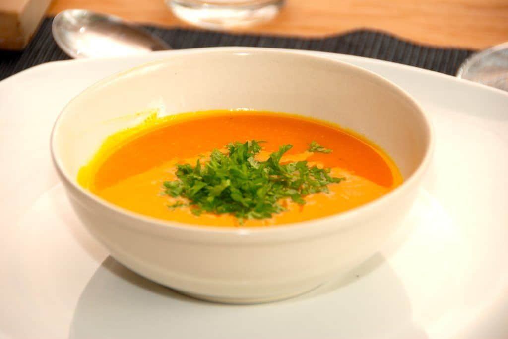 Sådan en cremet hokkaido græskarsuppe er ikke alene vidunderlig i smagen, den er også virkelig smuk på bordet. Den flotte orange farve får du bedst frem når du laver græskarsuppen med skrællen på. Foto: Guffeliguf.dk.