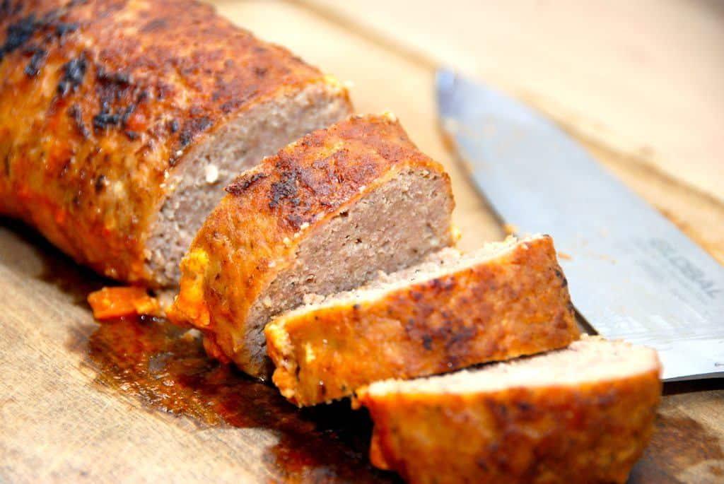 Det bedste farsbrød i ovn. Lavet af kalve- og svinekød, der formes til et farsbrød, brunes på panden, og derefter steges færdig i en stegeso i ovnen. Foto: Guffeliguf.dk.