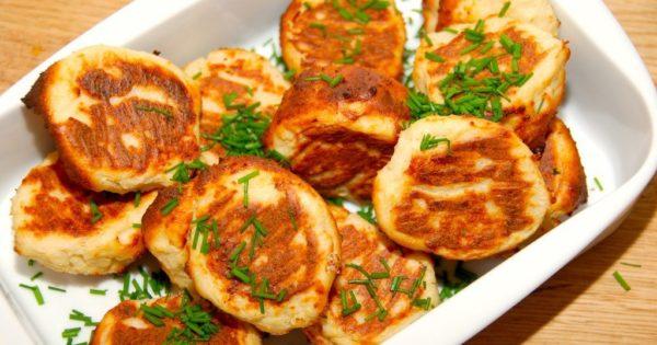 Fiskefrikadeller i ovn smager faktisk bedre end de pandestegte fiskedeller. Og så sparer du stegeosen i køkkenet. her er fiskefrikadellerne pyntet med lidt friskhakket purløg. Foto: Guffeliguf.dk.