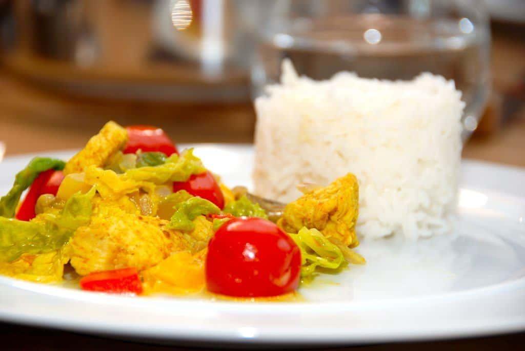Lækker og krydret gryde med karrykylling, der serveres med basmati ris. Den orientalske gryde indeholder kylling, paprika, tomater, karry og andre lækre ingredienser. Foto: Guffeliguf.dk.