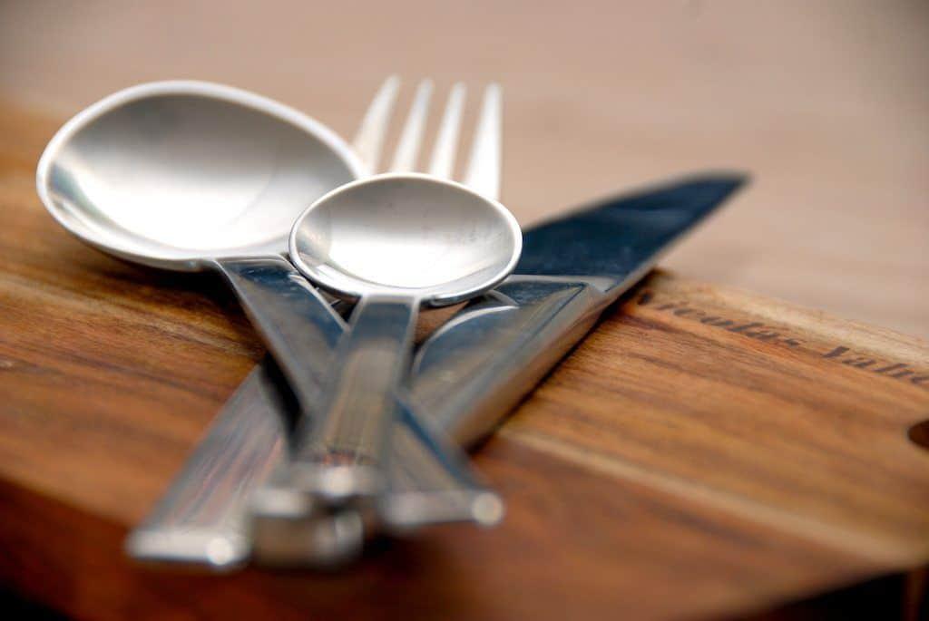 Langtidsstegte svinekæber er dejlig gæstemad, som med fordel kan laves i en stegeso. Stegetiden er cirka fem timer, og så bliver svinekæberne møre som smør. Foto: Guffeliguf.dk.