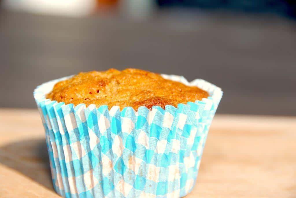 Skønne gulerodsmuffins, der bliver svampede og uimodståelige på grund af de revne gulerødder. Du kan vælge at pynte kagerne med smørcreme eller ostecreme - eller bare nyde dem som de er. Foto: Guffeliguf.dk.