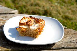 Vidunderlig kage med æbler, der er en æblekage med æbler og marcipan. Du kan dog droppe marcipanen i kagen. Foto: Guffeliguf.dk.