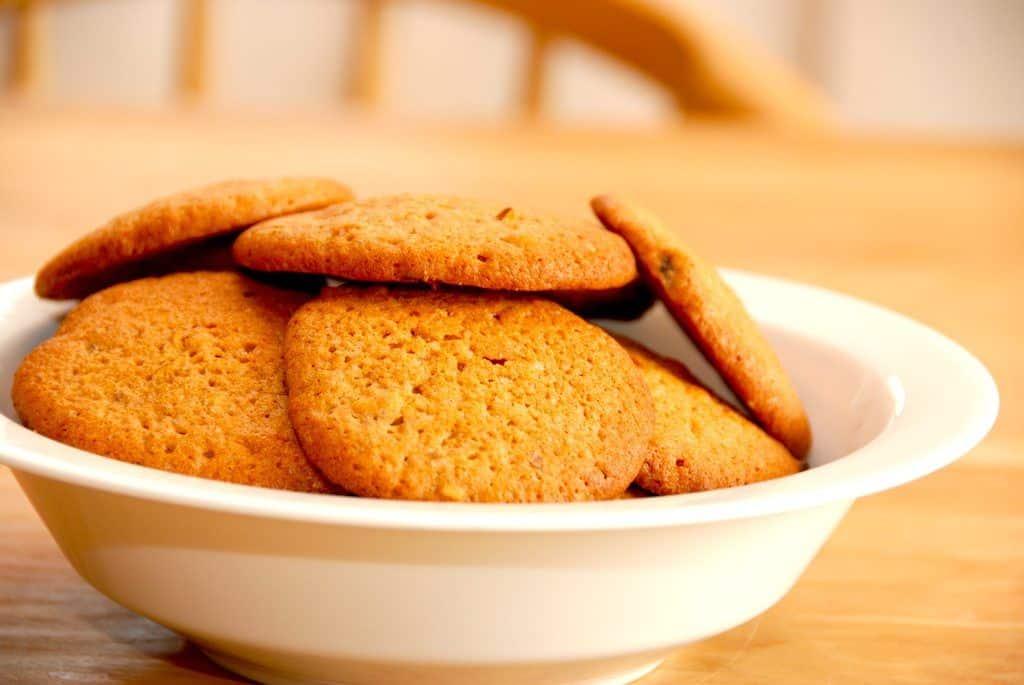 De bedste kanel cookies, der er store småkager. Kanelkagerne er meget lette og luftige i konsistensen, og de passer perfekt til en god kop kaffe. Opbevar dem i en kagedåse. Foto: Guffeliguf.dk.