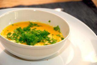 God kartoffel og græskar suppe med friskhakket persille. Suppen bliver cremet når du tilsætter lidt piskefløde. Kan laves med lidt chili, men den kan også udelades. Foto: Guffeliguf.dk.
