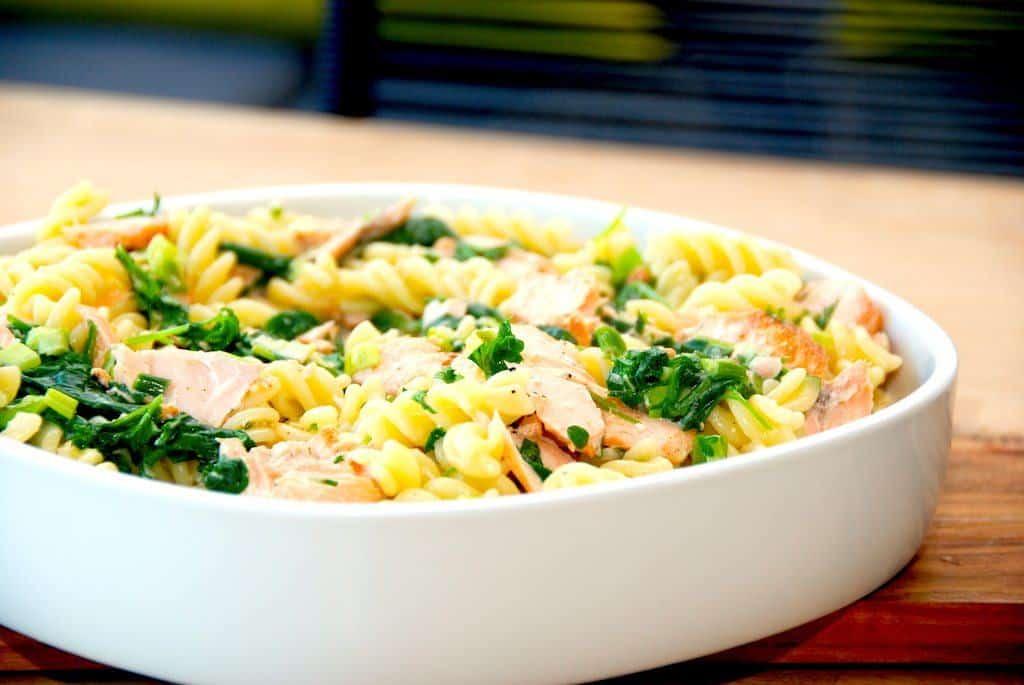 Laks med spinat i en skøn flødesovs. Laksen steges i ovnen, og vendes med pasta, spinat og fløde. Serveres med et godt stykke brød til. Foto: Guffeliguf.dk.