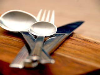 Langtidsstegte svinekæber er dejlig gæstemad, som med fordel kan laves i en stegeso. Stegetiden er cirka fem timer, og så bliver svinekæberne møre som smør. Foto: Madensverden.dk.