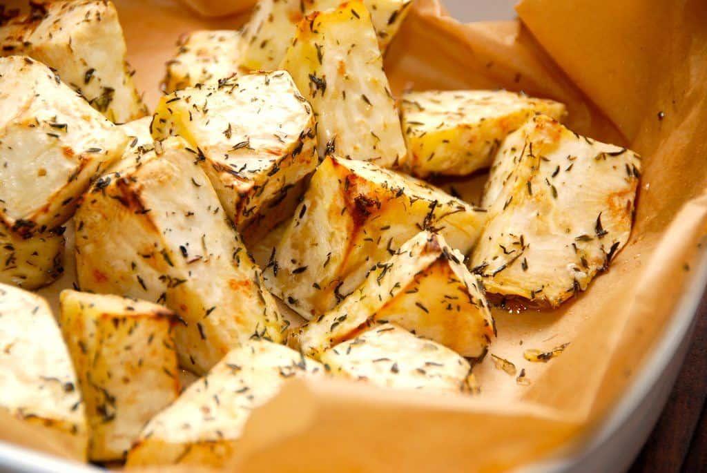 Ovnbagt knoldselleri med timian og olie (selleri i ovn)