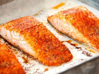 Ovnbagt laks med paprika. Lækre laksebøffer, der krydres og bages i 15 minutter ved 20 grader varmluft. Laksen er god som den er, eller du kan dele den i mindre stykker og bruge i en laksesalat. Foto: Madensverden.dk.