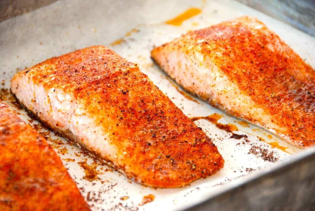 Ovnbagt laks med paprika - opskrift på laks i ovn med stegetid - Madens Verden