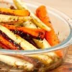 Farvede gulerødder, der er klar til en tur i ovnen. De smukke gulerødder i forskellige farver bages i cirka 35 minutter. Foto: Guffeliguf.dk.
