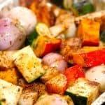 Ovnbagte grønsager og rodfrugter er sundt og nemt tilbehør til retter med kød. Og sammensætningen kan varieres på mange måder. Her er det blandt andet med hele skalotteløg, hele fed hvidløg og gule beder. Foto Guffeliguf.dk.