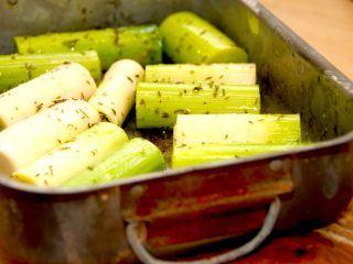 Ovnbagte porrer er den nemme måde at tilberede porrerne på. De skal bages cirka 30 minutter ved 200 grader varmluft, og du behøver ikke at forkoge dem først.Foto: Madensverdenf.dk.