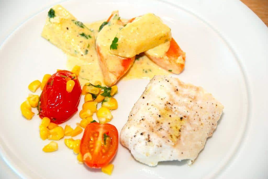 Lækker og ovnstegt langefilet, der er en fremragende spisefisk. Her anrettet med flødestuvede gulerødder og knoldselleri og sauterede majs med tomater. Foto: Guffeliguf.dk.