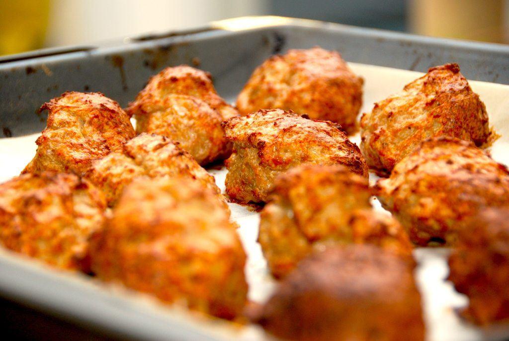 Lækre og saftige ovnstegte frikadeller, der skal steges 20 minutter i ovnen. Du undgår svineriet ved pandestegning, men samtidig får du stadig en meget saftig og lækker frikadeller. Foto: Madensverden.dk.