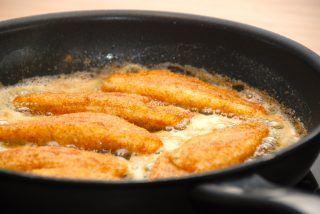 Pandestegt ising er en dejlig spisefisk, der her er paneret i økologisk rugmel fra Gram Slot. Isingfileterne steges i smør og olie i tre minutter på hver side. Foto: Guffeliguf.dk.