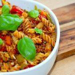 Lækre pastaskruer med kødsovs, der er en favorit hos både børn og voksne. Kødsovsen er lavet med gulerødder, bladselleri og lidt savoykål, men det kan man jo selv bestemme. Foto: Guffeliguf.dk.