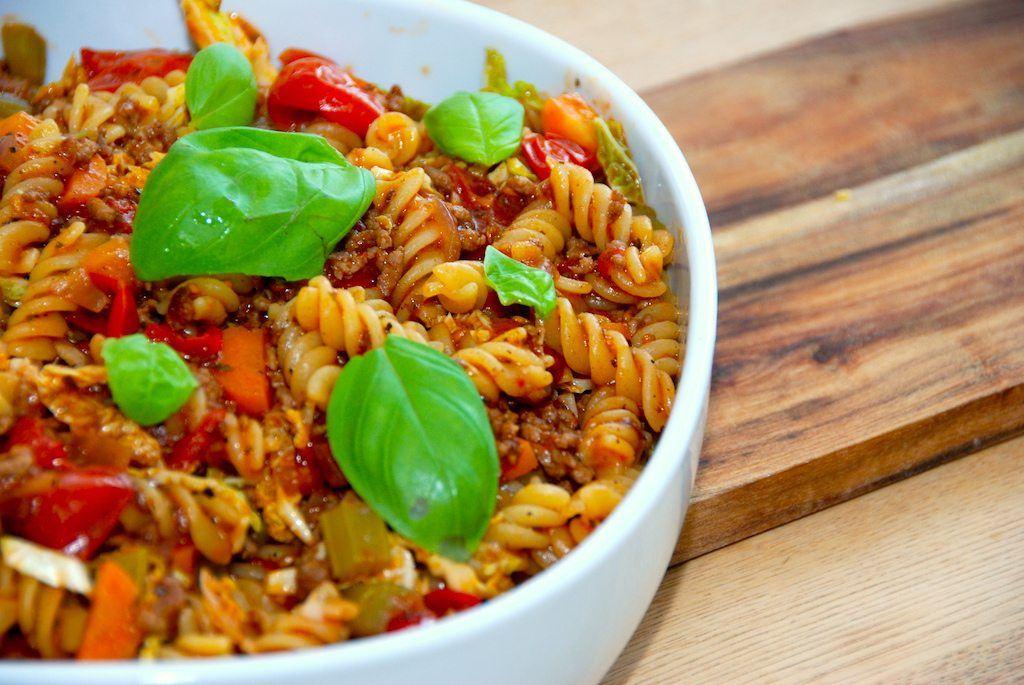 Pastaskruer med kødsovs: Pasta med gulerødder og bladselleri