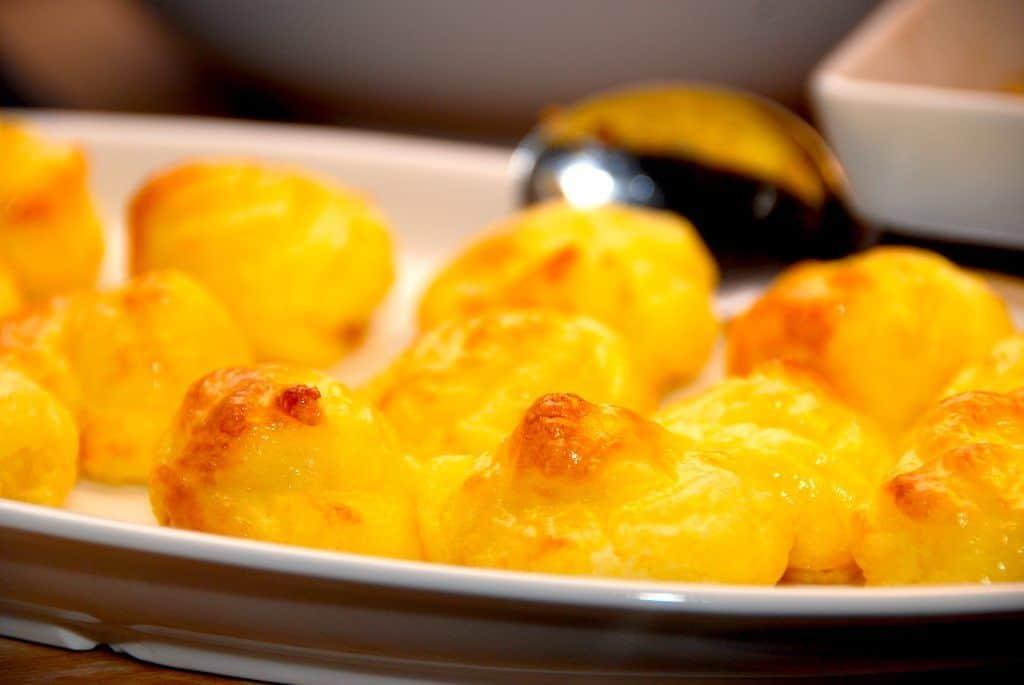 Lækre og luftige pommes duchesse, der er en bagt kartoffelmos med æggeblommer. Kartoflerne moses, og vendes med smør og æggeblommer, inden de bages gyldne i ovnen. Foto: Guffeliguf.dk.