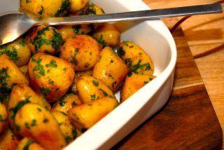 Lækre og ristede aspargeskartofler, der først koges og derefter steges gyldne i smør på en varm pande. Til sidst vendes de ristede kartofler med friskhakket persille. Foto: Guffeliguf.dk.